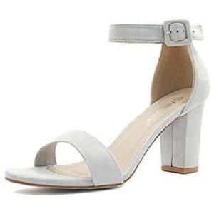 4ecaa92c854 Los zapatos plateados de fiesta que encontramos a continuación son unas  sandalias de tacón grueso bastante alto pero que resultan muy cómodas de  utilizar ya ...